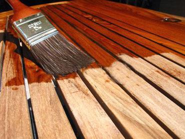 нанесение акрилового лака на древесину